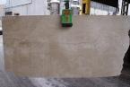 Daino Reale Venato Chiaro Plokščių matmenys: 240 x 125 cm. Ramios rusvos spalvos poliruotas marmuras.